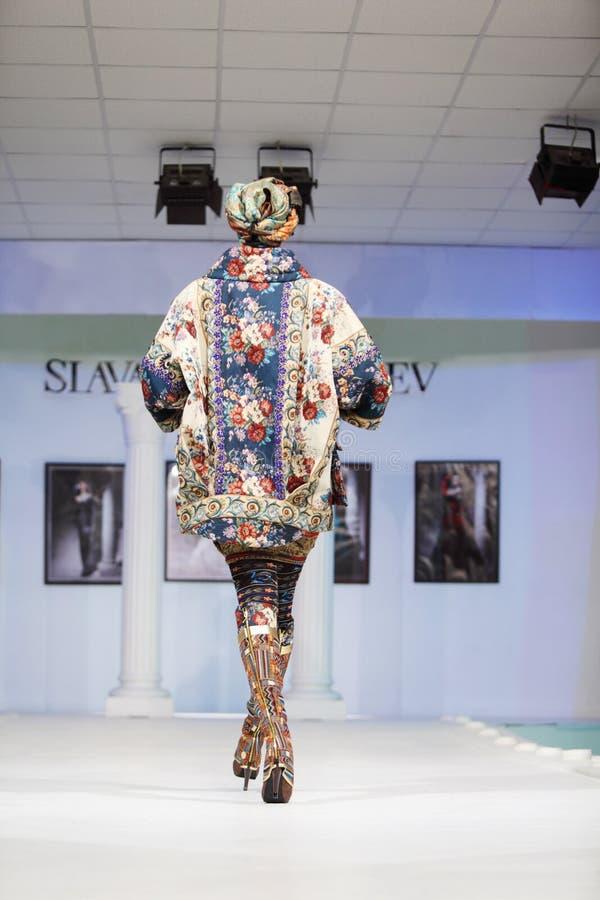Назад женщины в костюме на выставке конструктора Slava Zaitsev стоковая фотография rf