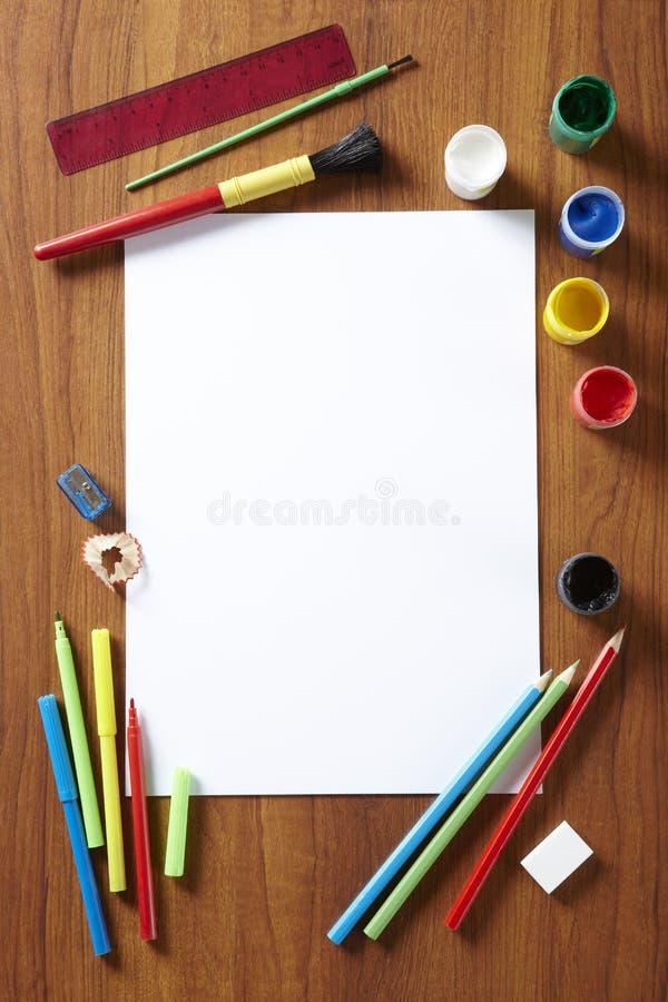Назад к искусству школы пусковая площадка красит карандаши и перя стоковые фото