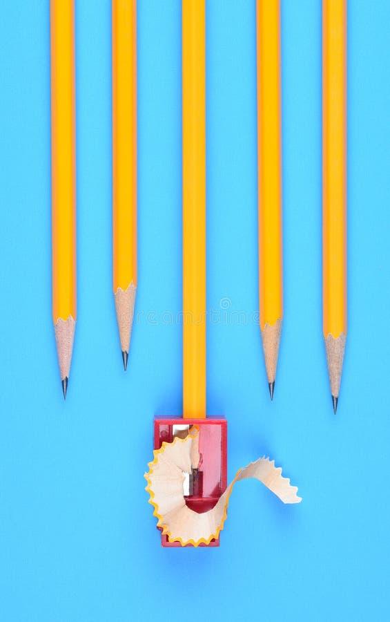 Назад к концепции школы - желтым карандашам стоковое фото
