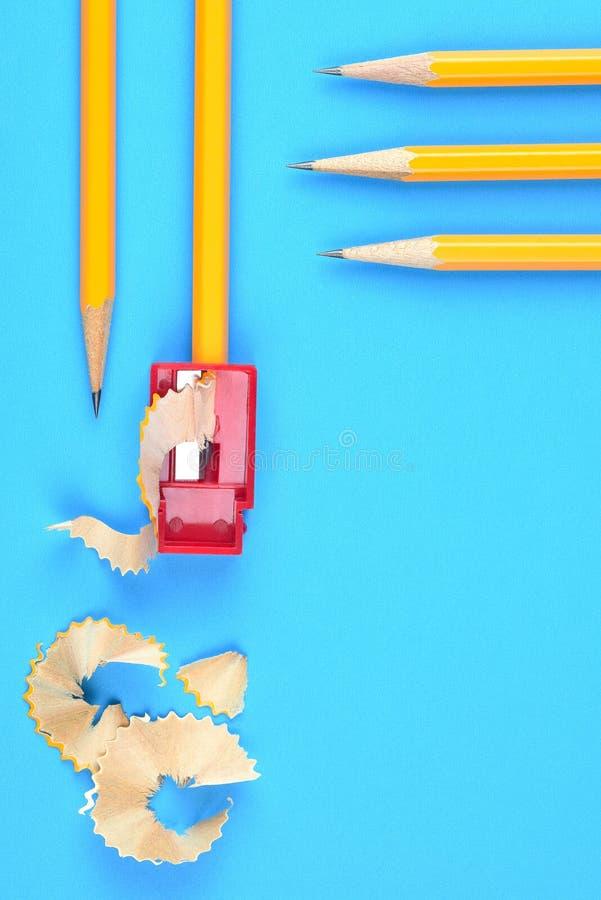 Назад к концепции школы - желтым карандашам стоковое изображение