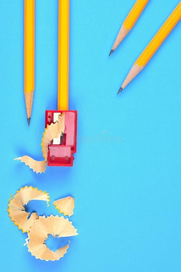 Назад к концепции школы - желтым карандашам стоковая фотография