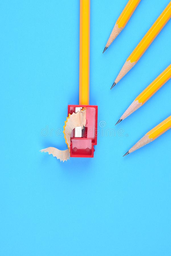 Назад к концепции школы - желтым карандашам стоковая фотография rf