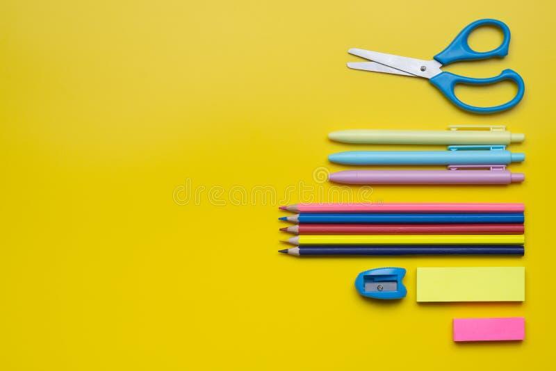 Назад к концепции школы и конторской работы Школьные принадлежности на yello стоковые фотографии rf