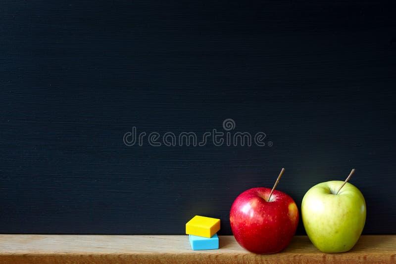 Назад к концепции школы, концу-вверх чистой черной доски мела и 2 яблок красной и зеленой, выборочному фокусу, космосу экземпляра стоковое фото