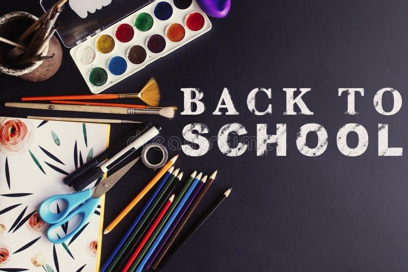 Назад к мелу текста концепции школы белому на черной доске, красочной стоковая фотография
