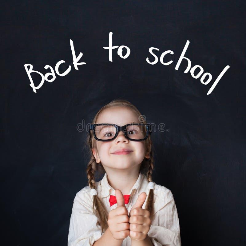 Назад к портрету школы симпатичной школьницы стоковая фотография