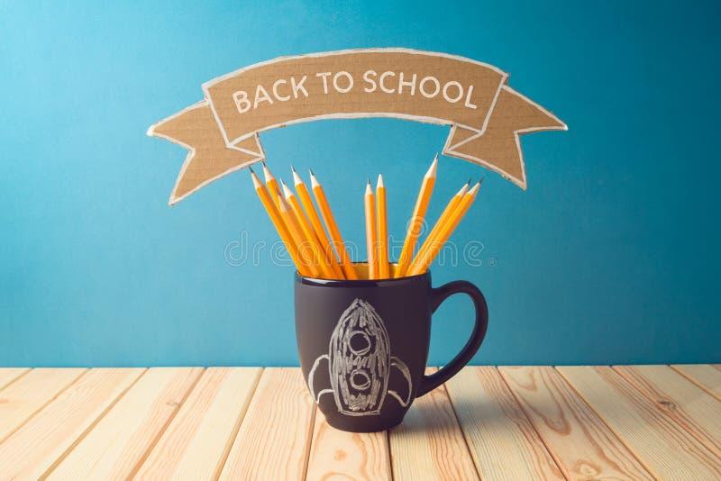 Назад к предпосылке школы с карандашами и эскизу доски ракеты на деревянном столе стоковые фотографии rf