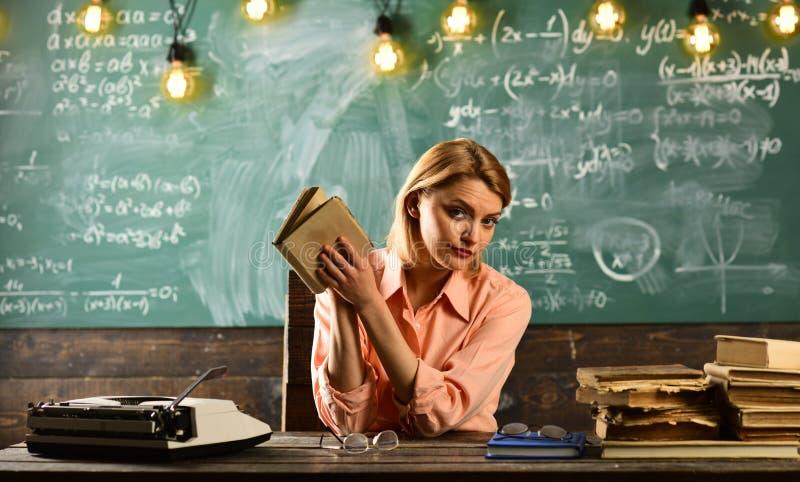 Назад к школе и домашнему обучению Женщина прочитала роман любовной истории в библиотеке Исследование частного детектива информац стоковая фотография rf