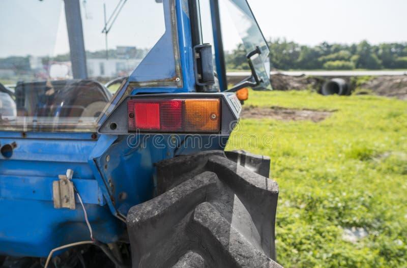 Назад малого мини оранжевого трактора с фокусом на заднем свете стоковое фото rf