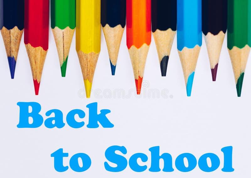 Назад обучить концепцию с покрашенными карандашами Добро пожаловать назад к предпосылке школы, красочным карандашам цвета стоковые фотографии rf