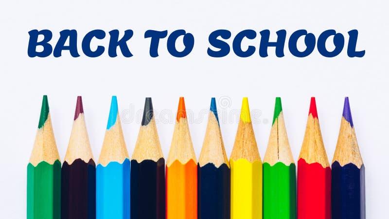 Назад обучить концепцию с покрашенными карандашами Добро пожаловать назад к предпосылке школы, красочным карандашам цвета стоковые фото