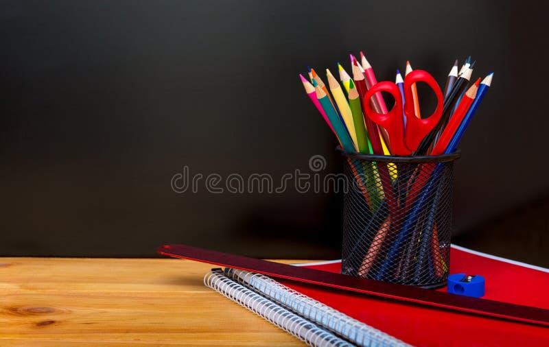Назад обучить концепцию с поставками и классн классным канцелярских принадлежностей Коробка карандаша, карандаши, тетрадь, правит стоковые фотографии rf