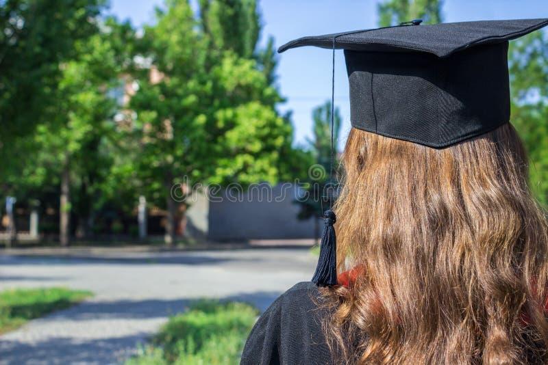 Назад студент-выпускника на выпускном дне стоковое фото