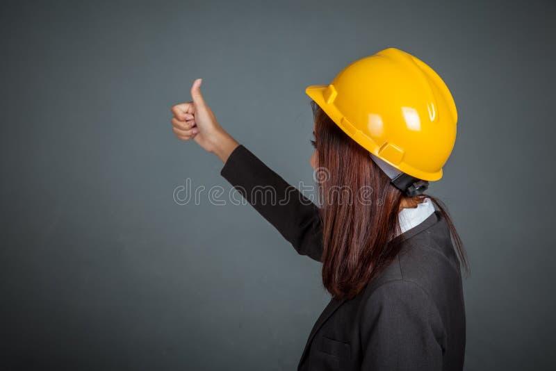 Назад азиатской девушки инженера выставка thumbs вверх стоковое изображение rf