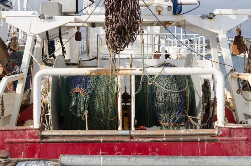 Назад большого fishingboat в гавани стоковое фото