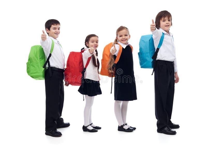 Назад к концепции школы при счастливые дети давая большие пальцы руки поднимают знак стоковые изображения rf