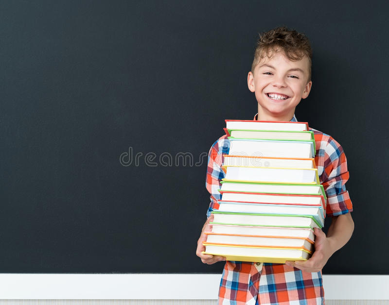 Назад к концепции школы - школьнику с книгами стоковые фотографии rf