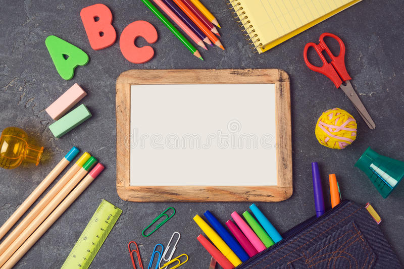Назад к предпосылке школы с насмешкой плаката поднимающей вверх и школьными принадлежностями над взглядом стоковые изображения rf