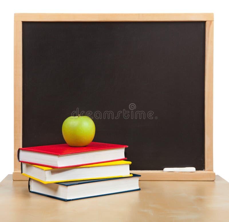 Назад к школе. Изолированные школьное правление и книги стоковые фото