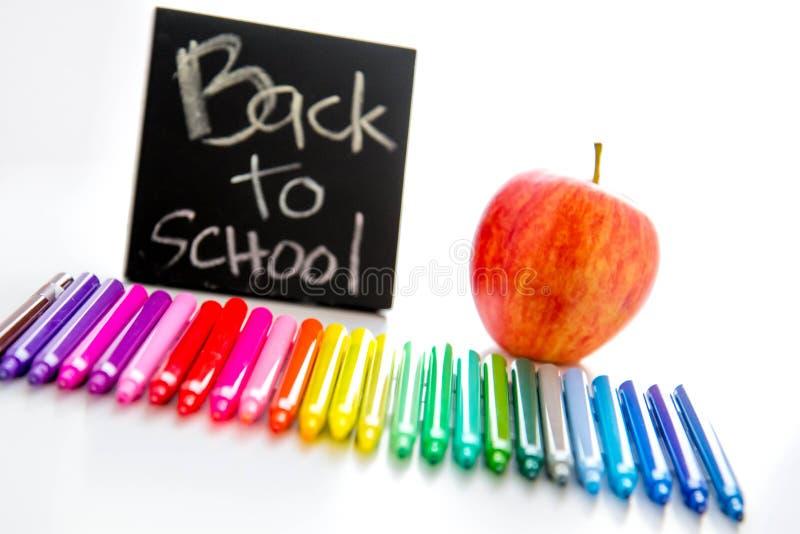 Назад к школьным принадлежностям и яблоку для учителя стоковое изображение