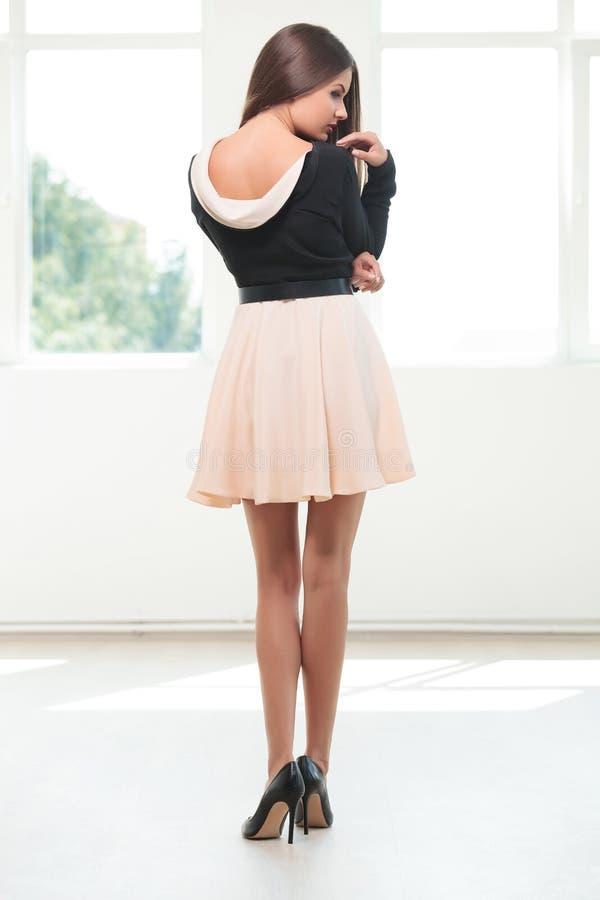 Назад молодой женщины моды стоковые фото