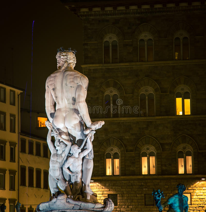 Назад статуи Нептуна стоковые фотографии rf