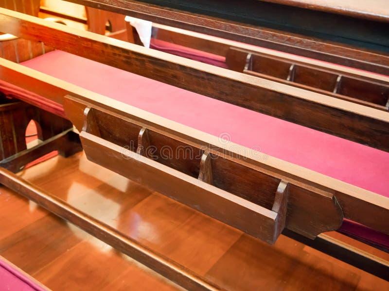 Назад театральной ложи с книжными полками в пустой церков Собор внутренний w стоковое фото