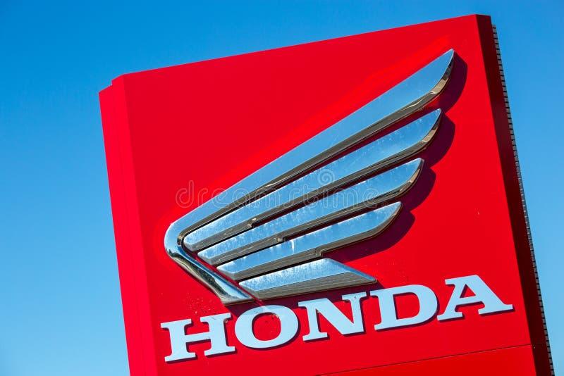Название фирмы Honda с логотипом на красной стене стоковая фотография rf