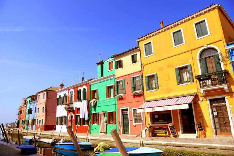 Наземный ориентир Венеции, остров Burano канал, цветастые дома и шлюпки, Италия стоковое фото rf