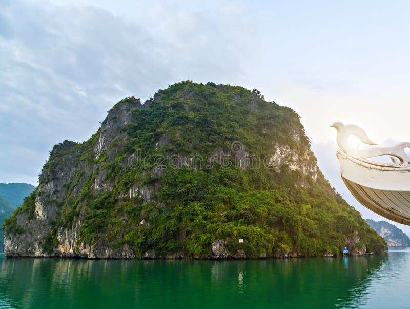 Назначения верхней части Вьетнама, образования пещеры длинного залива Ha естественные стоковые фотографии rf