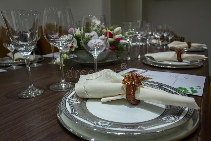 Назначения таблицы свадьбы с красивой предпосылкой цветков Романтичный, день ` s валентинки, день ` s матери Романтичный обедающи стоковое изображение