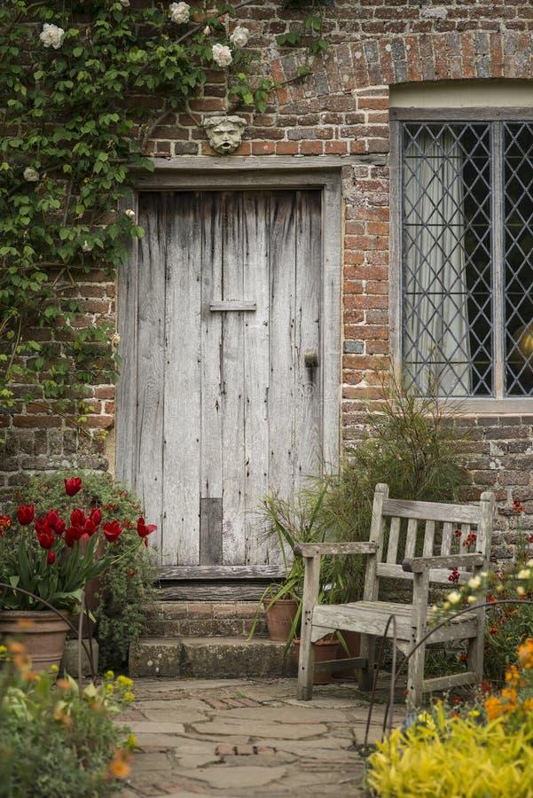 Наиболее существенное старое английское изображение сада страны деревянного стула стоковые фотографии rf