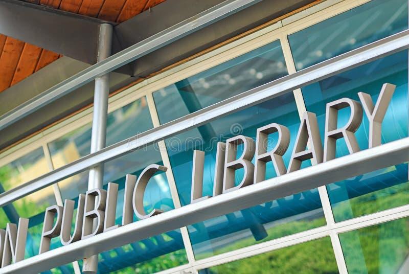 Найдите избыток ресурсов на вашей местной публичной библиотеке стоковое изображение rf