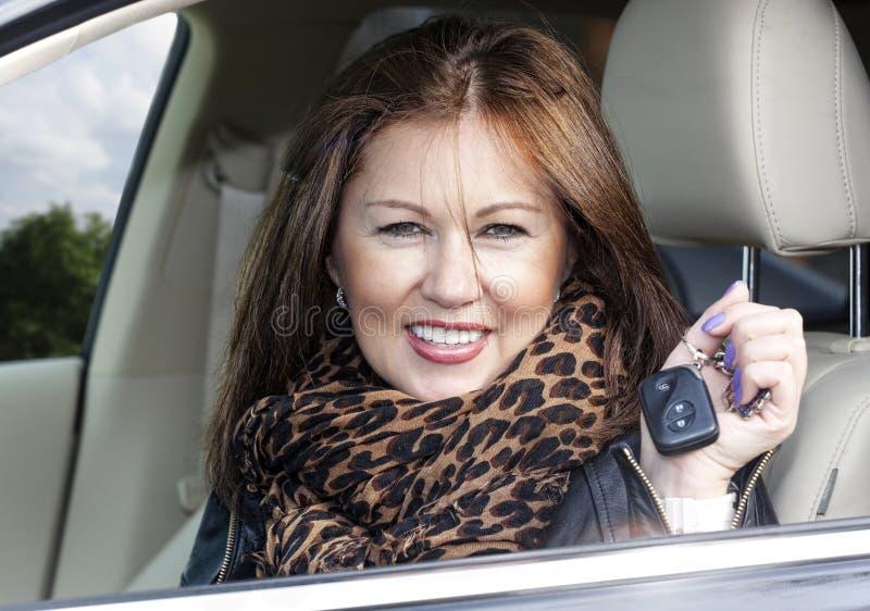 найем автомобиля пользуется ключом новые арендные детеныши женщины стоковая фотография