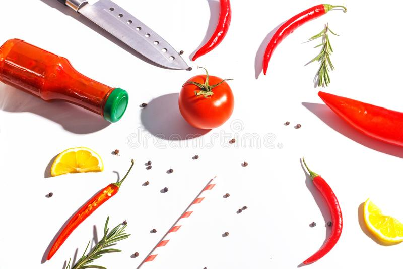 Накаленные докрасна перцы, томаты, розмариновое масло и специи на белой предпосылке Сервировка стола r стоковое изображение rf