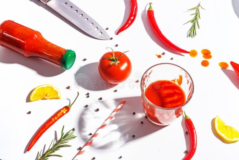 Накаленные докрасна перцы, томаты, розмариновое масло и специи на белой предпосылке Сервировка стола r стоковые фотографии rf