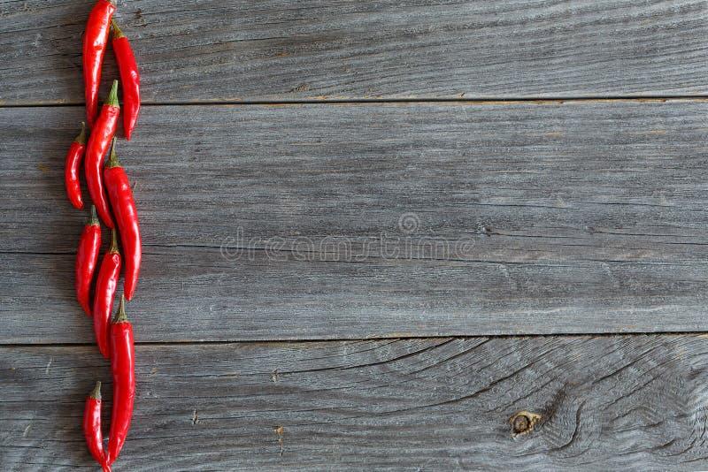 Накаленные докрасна перцы chili на старом деревянном столе стоковое фото rf