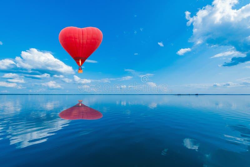 Накаленный докрасна воздушный шар в форме сердца стоковое фото