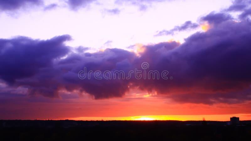 Накаляя восход солнца под штормом стоковая фотография