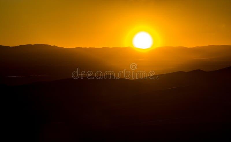 Накаляя заход солнца за гористым ландшафтом в Колорадо стоковое фото rf