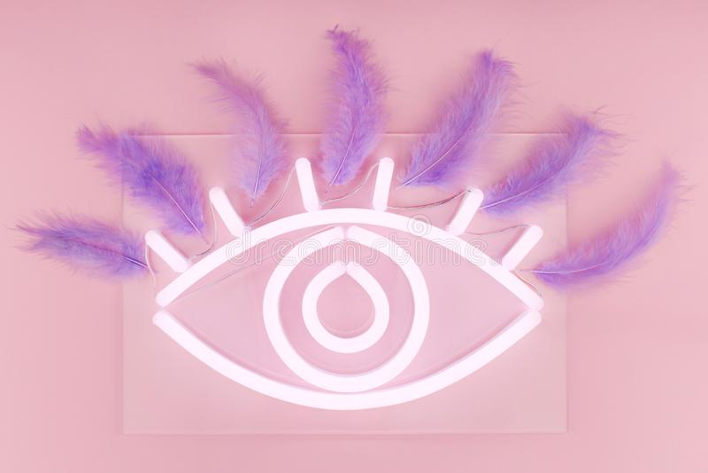 Накаляя неоновый белый знак глаза с ресницами на розовой предпосылке стоковая фотография rf