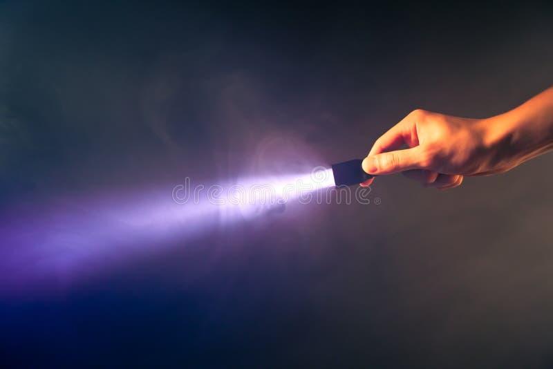 накаляя светлый карманный факел стоковые изображения