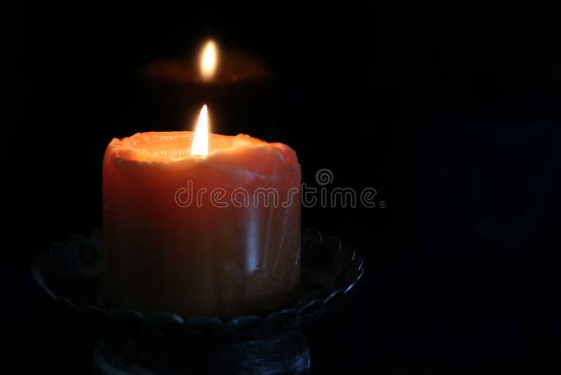 Накаляя свеча освещает темноту стоковая фотография