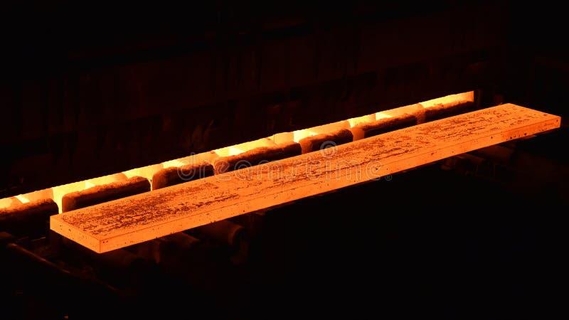 Накаляя brame в сталелитейном заводе - промышленная фабрика для продукции металлических листов стоковая фотография