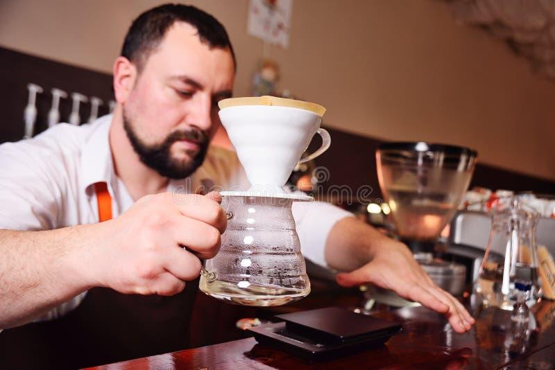 Накапайте кофе или лить-над кофе на масштабе и профессиональном оборудовании кофе стоковое изображение rf