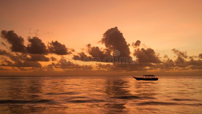 Накаляя небо перед восходом солнца над морем в Занзибаре, Танзании стоковые изображения rf