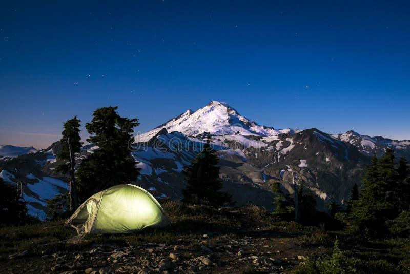 Накаляя шатер на ноче под хлебопеком держателя, штатом Вашингтоном стоковые фото