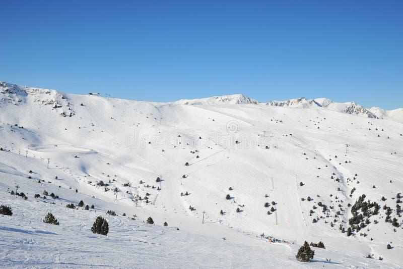 Наклоны и горы лыжи в Grandvalira, княжестве Андорры, Европы стоковое фото