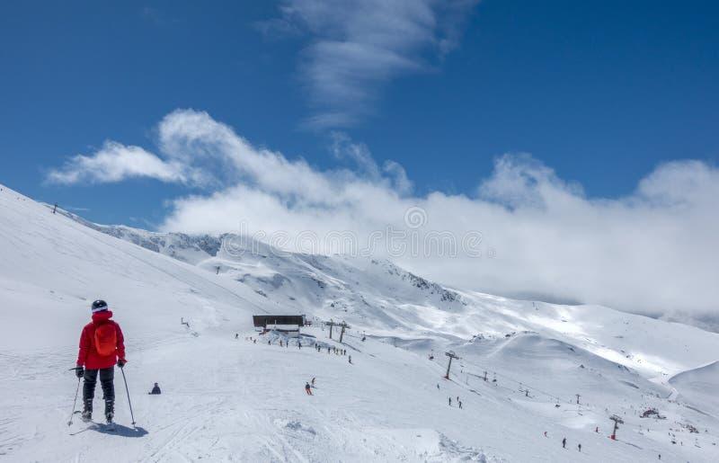 Наклоны лыжи Pradollano в горах сьерра-невады в Испании стоковое фото rf