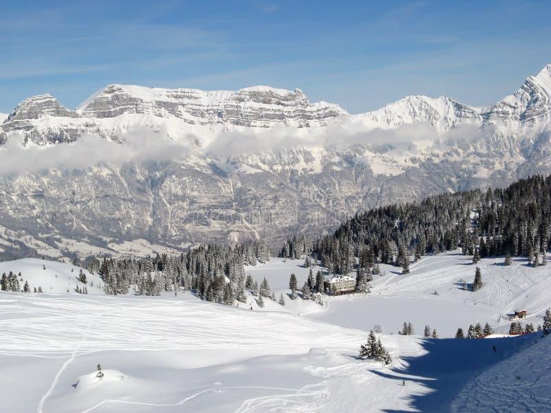 наклон катания на лыжах стоковое изображение